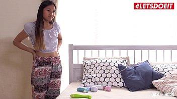 Факер завалил в диванчик очаровательную девчушку и от ебал ее перед камерой