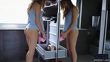 Милая девчонка без белья хорошо отсасывает подросший член