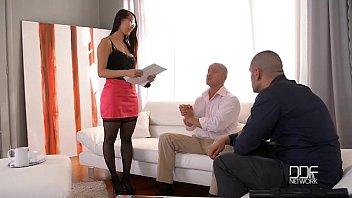 Пышногрудая супруга выполняет благоверному минет, позволяя записывать процесс орального порно от первого лица
