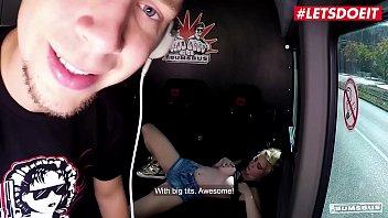 Брюнеточка занимается порно с незнакомцем через дырочку в стене