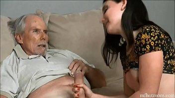 Бойфренд лижет пизду шлюхи брюнетки в боди, сидящей на лице
