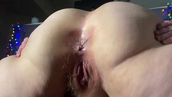 Первокурсница с заросшей щелью присела в кресло и занялась мастурбацией