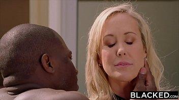 Классная шлюха-блондинка трахает бурный секс с заключенным