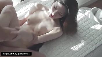 Русская девушка с крупными тату лобызает и ласкает фаллос юноши