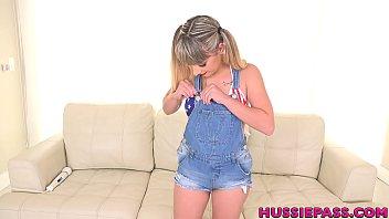 Светловолосая девушка с серьгами из жемчуга отсасывает хуй в квартире