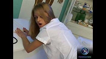 Темноволосая девчоночка в масле жарится с массажистом в салоне