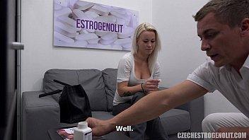 Девчоночка в алой ночнушке принимает в вагину длинный член возлюбленного