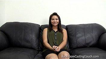 Полная студенточка с шикарными сисяндрами мастурбирует мохнатую шмоньку на дивана