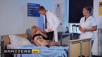 Толстушка снимает брюки и показывает обтянутую цветастыми бикини огромную попку