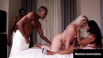 Африканец чпокает белую милашку в соблазнительных нейлоне