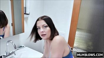 Русская начальница в красном одежду потрахалась с помощником около стола
