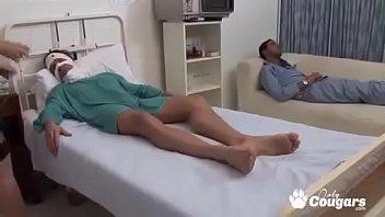 Рыжая мамуля мастурбирует болт приятеля меж объемных буферов на диване