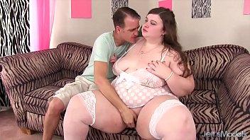 Негритоска с короткий буфером порется с белым партнером на кровати