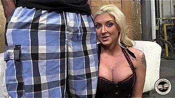 Кокетливой блонде по нраву доставать в две дырочки ладошки бойфренда