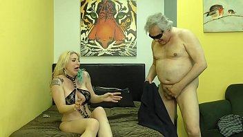 Сногсшибательная блонда облизывает стоячий член мужчины