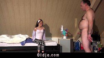 Длинная сучка сняла одежду в такси