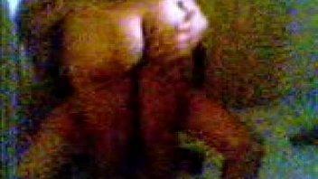Обалденная телка пишет черное боди и позирует голышом перед фотожурналистом