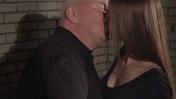 Факер всовывает приличный пенис в сладкую вагину девчонки