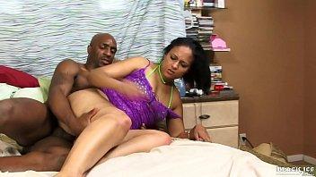 Идеальная женщина ласково чпокается в киску и достает кремпай