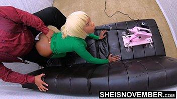 Блондиночка в розовом латексном купальнике